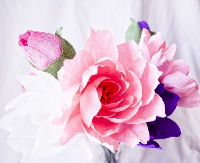 Цветы из гофрированной бумаги своими руками: лучшие мастер-классы и советы по декору