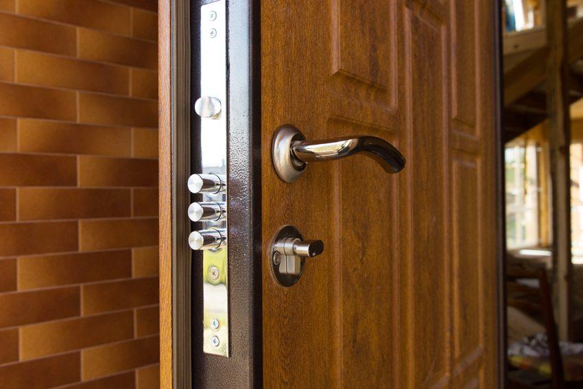 Входная дверь: установка конструкций из металла и дерева
