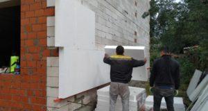 Как научиться клеить пенопласт на фасад, как производить корректировку листов под шнурку и правило